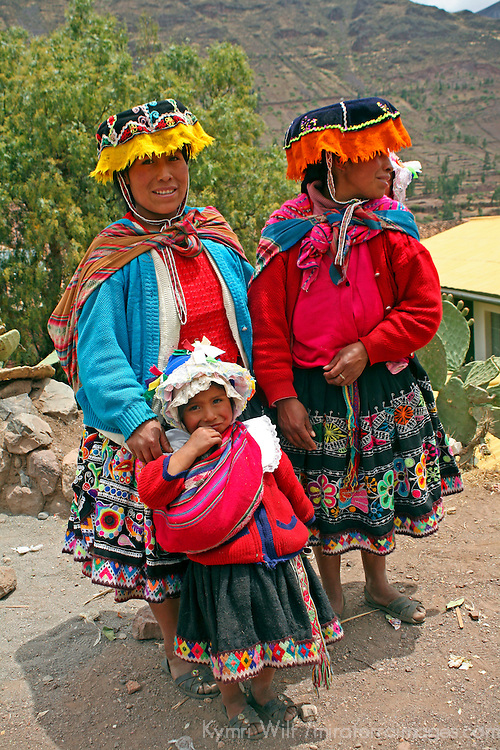 South America, Peru, Cusco. Peruvian women and girl in traditional dress of the Sacred Valley near Cusco.