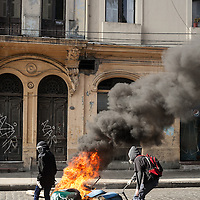 Encapuchados inician quemas en las calles del centro de Valparaíso al final de una manifestación estudiantil.