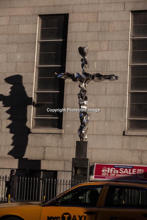 New York , the World Trade Center cross, in church street , / la croix de groud zero