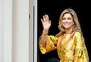 21-5-2015 - THE HAGUE Queen M&aacute;xima presented Thursday morning, May 21 Apples of Orange 2015 at Noordeinde Palace in The Hague. His Majesty King Willem-Alexander was present at the ceremony.. COPYRIGHT ROBIN UTRECHT<br /> 21-5-2015 DEN HAAG - Koningin M&aacute;xima reikt donderdagochtend 21 mei de Appeltjes van Oranje 2015 uit op Paleis Noordeinde in Den Haag. Zijne Majesteit Koning Willem-Alexander is bij de uitreiking aanwezig.  COPYRIGHT ROBIN UTRECHT