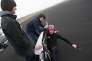 Alwin Visker wordt uit de fiets geholpen na het rijden van wat testritten. Het Human Powered Team Delft (HPT Delft) houden op de voormalige vliegbasis Soesterberg testen om de renners te laten wennen aan het rijden in de Velox. Het team probeert het record Human Powered Vehicles te verbreken.<br /> <br /> Alwin Visker is getting out of the Velox after he has done his test runs. Human Powered Team Delft (HPT Delft) is testing at the former airport Soesterberg to get the riders familiar with the bike and to train the stop and start.