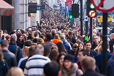2014-11-29 Black Friday weekend shopping spree continues with huge crowds in London