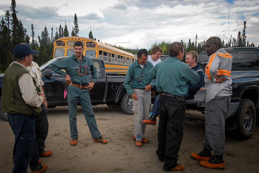Un groupe de travailleurs discute durant la pause.