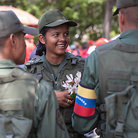 Una mujer soldado de la República Bolivariana de Venezuela sostiene unas flores durante el traslado fúnebre de Hugo Chávez hacia el 23 de Enero. Caracas, 15 Marzo, 2013 (Foto / Ivan Gonzalez)