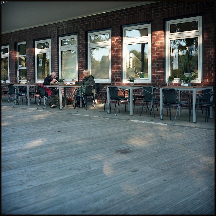 Le 22 octobre 2011, frontière Allemagne / Belgique, près d'Aix La Chapelle, RN 68. Un couple boit un verre à la terrasse de l'ancien poste frontière allemand de Köpfchen transformé en bar et salle culturelle.