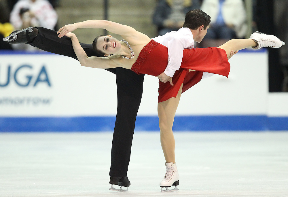 GJR453-20111030- Mississauga, Ontario,Canada-  Tessa Virtue and  Scott Moir of Canada skate to victory in the dance competition at Skate Canada International, in Mississauga, Ontario, October 30, 2011.<br /> AFP PHOTO/Geoff Robins