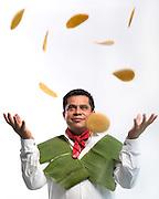 Dafür, dass Ernesto Camarillo kein kulinarisches<br /> Heimweh haben muss, sorgt<br /> er selbst. Der gebürtige Mexikaner kam<br /> vor acht Jahren nach Hamburg. Er hatte<br /> sich in eine Deutsche verliebt, die zum<br /> Spa nisch lernen nach Mexiko gereist war.<br /> Hier arbeitet er als Koch in der Kantine<br /> eines gro&szlig;en Autohauses. Zus&auml;tzlich hat<br /> sich der 39-J&auml;hrige aber auf mexikanisches<br /> Essen spezialisiert. Eine Marktlücke,<br /> wie er fi ndet. &bdquo;Die meisten Produkte,<br /> die man hier als Zutat für mexikanisches<br /> Essen kaufen kann, sind gar nicht wirklich<br /> mexikanisch und schmecken ganz<br /> anders.&ldquo; Mit seinem Freund Mariano Taboada<br /> (S. 61) betreibt er daher einen Onlinehandel<br /> für echte mexikanische und<br /> argentinische Salsas und Chimichurris.<br /> Mit seinem Tacostand ist er oft auf Streetfood-<br /> Festivals oder M&auml;rkten anzutreff en.<br /> Im Winter zum Beispiel samstags auf dem<br /> &bdquo;Markt in der Fabrik&ldquo; (9.30 bis 15 Uhr)<br /> in der Barnerstra&szlig;e in Altona. Auch seine<br /> Tortillas de Cochinita Pibil kann man<br /> dort manchmal probieren &ndash; ein Gericht<br /> der Maya von der Halbinsel Yucat&aacute;n, das<br /> einst mit Wildschwein zubereitet und unter<br /> der Erde gegart wurde.
