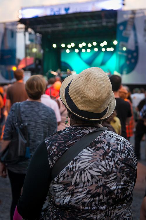 Consacré par le Guinness World Records comme le festival de jazz le plus important de la planète, le Festival International de Jazz de Montréal est, depuis plus de 30 ans, synonyme de passion musicale. La métropole francophone d'Amérique devient ainsi chaque année, pendant une dizaine de jours, le lieu de rendez-vous des amateurs de toutes les musiques liées au jazz. Ranked as the world's largest jazz festival by Guinness World Records, the Festival International de Jazz de Montréal has been synonymous with a passion for music for over three decades. Every year, North America's French-speaking metropolis welcomes global music fans to 10 days of jazzcentric celebration, where fans of all types of jazz-related music rub shoulders with aficionados of the genre in its purest form.