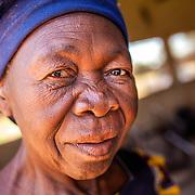 LÉGENDE: Photo portrait de la femme responsable du moulin. LIEU: Centre COFEMAK, Koumra, Tchad. PERSONNE(S): Portrait de la responsable du moulin.