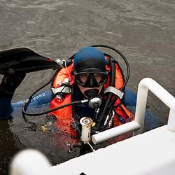 Activit&eacute;s nautiques de la Brigade fluviale de Conflans, entra&icirc;nement h&eacute;litreuillage avec un EC145 de la SAG Villacoublay et plong&eacute;e en Seine &agrave; proximit&eacute; d'un bateau accident&eacute;.<br /> Juillet 2012 / Conflans Sainte Honorine / Yvelines (78) / FRANCE<br /> Cliquez ci-dessous pour voir le reportage complet (90 photos) en acc&egrave;s r&eacute;serv&eacute;<br /> http://sandrachenugodefroy.photoshelter.com/gallery/2012-07-Plongeurs-en-Gendarmerie-Nautique-Complet/G0000Prz0M8lEakA/C0000yuz5WpdBLSQ