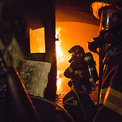Stage incendie au Fort de Domont des Jeunes Sapeurs Pompiers de Chamali&egrave;res (SDIS 63). Exercice de d&eacute;sincarc&eacute;ration et r&eacute;alisation de br&ucirc;lages contr&ocirc;l&eacute;s &agrave; des fins d'&eacute;tude du feu et de formation aux techniques d'extinction des JSP.  <br /> Juillet 2016 / Domont (95) / FRANCE<br /> Voir le reportage complet (70 photos) http://sandrachenugodefroy.photoshelter.com/gallery/2016-07-Stage-JSP-63-a-Domont-Complet/G0000iEIjgPjhnEA/C0000yuz5WpdBLSQ