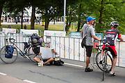 Wielerliefhebbers staan ruim van te voren te wachten tot de renners voorbij komen. In Utrecht vindt met de presentatie van de renners het eerste offici&euml;le deel plaats van de Grand Depart. Op 4 juli start de Tour de France in Utrecht met een tijdrit. De dag daarna vertrekken de wielrenners vanuit de Domstad richting Zeeland. Het is voor het eerst dat de Tour in Utrecht start.<br /> <br /> In Utrecht the riders present themselves as the first official moment of the Grand Depart . On July 4 the Tour de France starts in Utrecht with a time trial. The next day the riders depart from the cathedral city direction Zealand. It is the first time that the Tour starts in Utrecht.