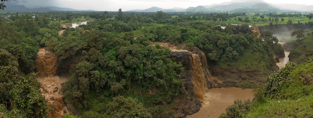 """À 35km au sud du Lac Tana, les chutes du Nil Bleu ou """"Tessessat"""" qui signifie """"l'eau qui fume"""" en Amharique sont hautes de 50 mètres. Louées au 18éme siècle pour leur beauté par l'explorateur Écossais James Bruce et longtemps considérée comme les plus belles du continent, voir du monde, les chutes du Nil ont aujourd'hui perdu de leur superbe. En effet une grande partie des eaux est détournée au profit du barrage Italien, laissant les chutes aux trois quart nues. Éthiopie août 2011."""