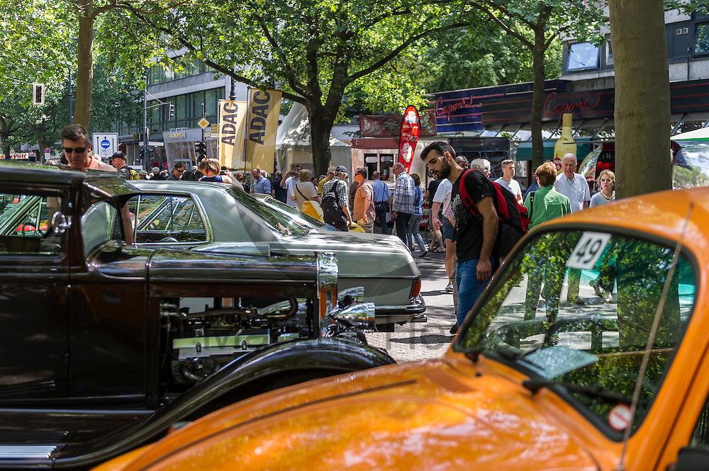 Ein Besucher betrachtet w&auml;hrend der Classic Days Berlin am 04.06.2016 in Berlin, Deutschland einen Oldtimer. Der Kurf&uuml;rstendamm wird an diesem Wochenende zu einer Ausstellungsfl&auml;che f&uuml;r Liebhaber von alten Autos. Foto: Markus Heine / heineimaging<br /> <br /> ------------------------------<br /> <br /> Ver&ouml;ffentlichung nur mit Fotografennennung, sowie gegen Honorar und Belegexemplar.<br /> <br /> Bankverbindung:<br /> IBAN: DE65660908000004437497<br /> BIC CODE: GENODE61BBB<br /> Badische Beamten Bank Karlsruhe<br /> <br /> USt-IdNr: DE291853306<br /> <br /> Please note:<br /> All rights reserved! Don't publish without copyright!<br /> <br /> Stand: 06.2016<br /> <br /> ------------------------------w&auml;hrend der Classic Days Berlin am 04.06.2016 in Berlin, Deutschland. Der Kurf&uuml;rstendamm wird an diesem Wochenende zu einer Ausstellungsfl&auml;che f&uuml;r Liebhaber von alten Autos.  Foto: Markus Heine / heineimaging<br /> <br /> ------------------------------<br /> <br /> Ver&ouml;ffentlichung nur mit Fotografennennung, sowie gegen Honorar und Belegexemplar.<br /> <br /> Bankverbindung:<br /> IBAN: DE65660908000004437497<br /> BIC CODE: GENODE61BBB<br /> Badische Beamten Bank Karlsruhe<br /> <br /> USt-IdNr: DE291853306<br /> <br /> Please note:<br /> All rights reserved! Don't publish without copyright!<br /> <br /> Stand: 06.2016<br /> <br /> ------------------------------