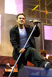 Robbie Williams on stage at the concert at Hampden, on 4/8/2001.