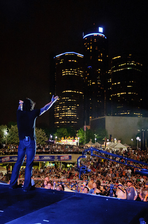 Joe Nichols says hello to Detroit.