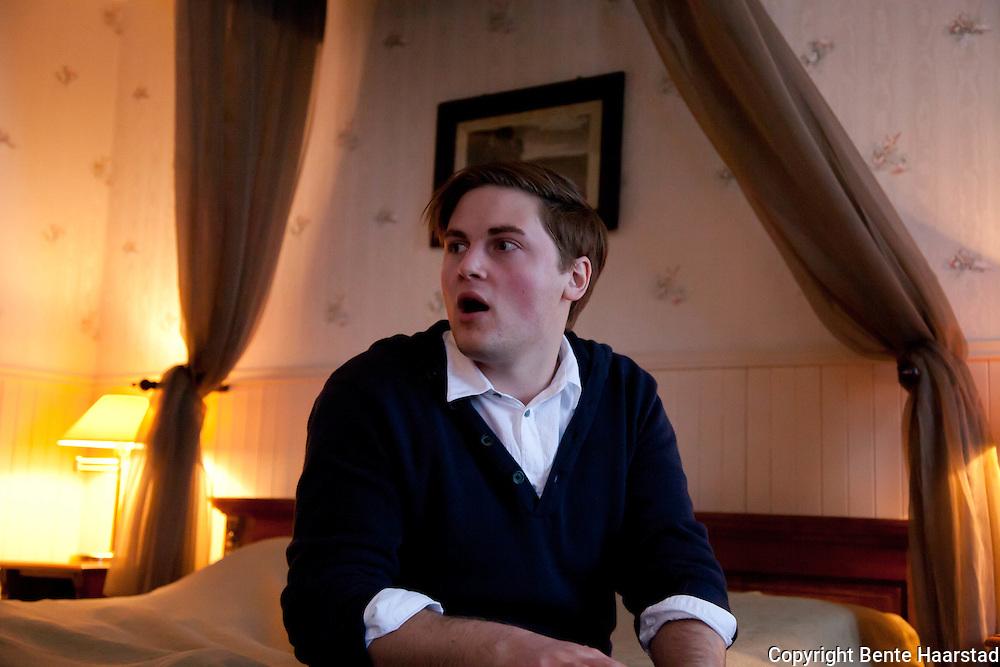Ole Morten Øwre Storhaug framfører teatermonologen Kjærlighetens fråtsere på et hotellrom. I dette tilfelle rom 204, Selbusjøen Hotell og Gjestegård. Basert på Ibsens Kjærlighetens komedie.