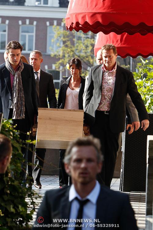 NLD/Amsterdam/20101012 - Herdenkingsdienst overleden Antonie Kamerling, kist gedragen door Albert Verline, Frans Pahlplatz en gevolgd door Onno en Isa Hoes