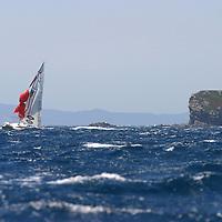 Coups de Vent Voile, navigation dans le vent fort, mer agitée. Coup de vent, mer démontée, houle, vague, bateaux à la gîte, écume, vague, embruns, clapot, déferlante, départ au loffe, étrave sous l'écume, équipiers au rappel, grain, orage, coup de mistral, dépression, voile déchirée, compétition, maîtrise, esprit d'équipe, performance, départ au surf, glissade, planning