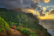USA, Hawaii, Kauai, Hanalei, Na pali coast, Kalalau Trail, woman hiking at sunset MR