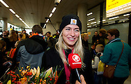 SCHIPHOL - Estavana Polman handbalster van het Nederlandse Damesteam gaat op de foto met een fan op luchthaven Schiphol na deelname aan het WK handbal in het Deense Herning De Nederlandse Handbalsters worden verwelkomd op luchthaven Schiphol na deelname aan het WK handbal in het Deense Herning.  estavana polman  Rafael van der Vaart (32) is tot over zijn oren verliefd op de 23-jarige handbalster Estavana Polman. De twee zijn gefotografeerd op een terrasje in Sevilla. COPYRIGHT ROBIN UTRECHT