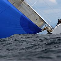 Coup de vent penant les manches des bateaux modernes. Forte houle. Voiles de St Tropez 2005 Voile, navigation dans le vent fort, mer agitée. Coup de vent, mer démontée, houle, vague, bateaux à la gîte, écume, vague, embruns, clapot, déferlante, départ au loffe, étrave sous l'écume, équipiers au rappel, grain, orage, coup de mistral, dépression, voile déchirée, compétition, maîtrise, esprit d'équipe, performance, départ au surf, glissade, planning