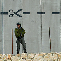 MIDEAST ISRAEL SEPARATION WALL..An israeli police border officer guards st the western wall
