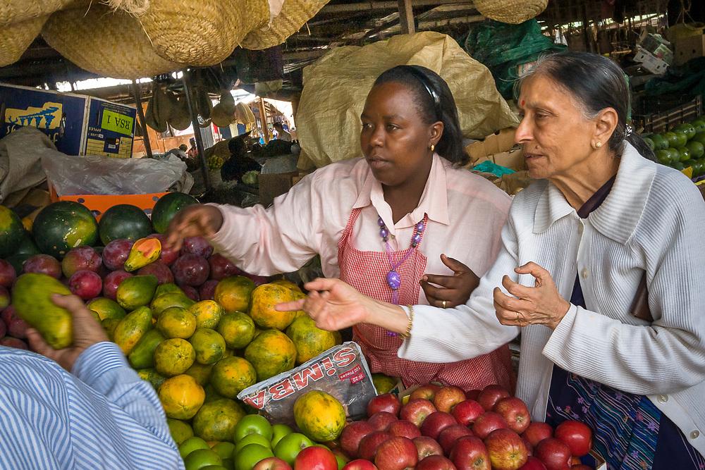 Shopping at the City Park Traders Market, a development project of the Aga Khan Foundation. Nairobi, Kenya