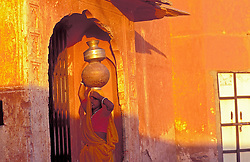 India. Ano 1995..Jovem indiana com tina de agua na cabeca./ Indian girl with jar above her head..Foto © Fatima Batista/Argosfoto