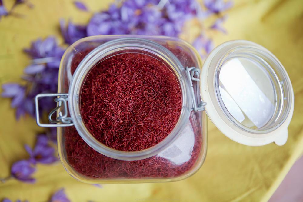"""Le safran est une épice extraite de la fleur d'un crocus originaire du Moyen-Orient. On l'obtient par déshydratation de ses trois stigmates rouges. Poétiquement appelé """"Or Rouge"""", c'est l'épice la plus chère au monde. Le safran est un ingrédient fortement prisé pour de nombreuses spécialités culinaires dans le monde entier, notamment dans la cuisine persane."""