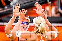 DEN HAAG - Poulewedstrijd Meppelink/van Iersel tegen Mashkova / Tsimbalova , Beachvolleybal , WK Beach Volleyball 2015 , 26-06-2015 , Madelein Meppelink (l) feliciteert Marleen van Iersel (r)
