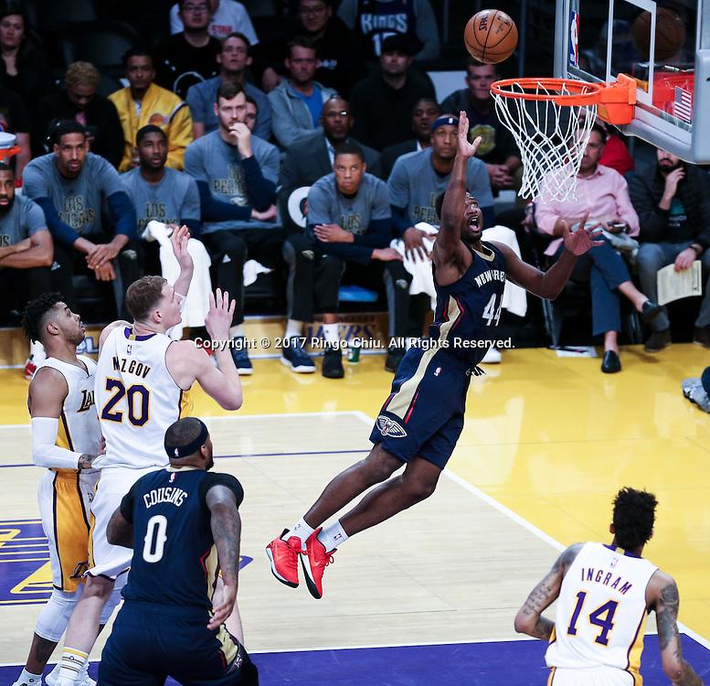 3月5日,新奥尔良鹈鹕队球员所罗门-希尔(右)在比賽中上篮。 当日,在2016-2017赛季NBA常规赛中,洛杉矶湖人队主场以97比105不敌新奥尔良鹈鹕队。 新华社发 (赵汉荣摄)New Orleans Pelicans defeats Los Angeles Lakers 97-105 during an NBA basketball game Tuesday, March 5, 2017, in Los Angeles. (Photo by Ringo Chiu/PHOTOFORMULA.com)<br /> <br /> Usage Notes: This content is intended for editorial use only. For other uses, additional clearances may be required.