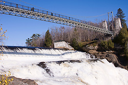 As Cataratas de Montmorency estao localizadas a 10 km do centro da cidade de Quebec, provincia canadense de Quebec. As quedas possuem uma altura de 83 metros./..The Montmorency Falls form a large waterfall in Quebec, Canada, located near Quebec City.The falls are at the mouth of the Montmorency River where it drops over the cliff shore into the Saint Lawrence River