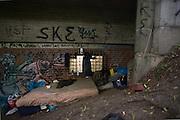 Dieser Zaun soll Obdachlose daran hindern, eine Ordnungswidrigkeit zu begehen: Unter der Brücke zu schlafen.