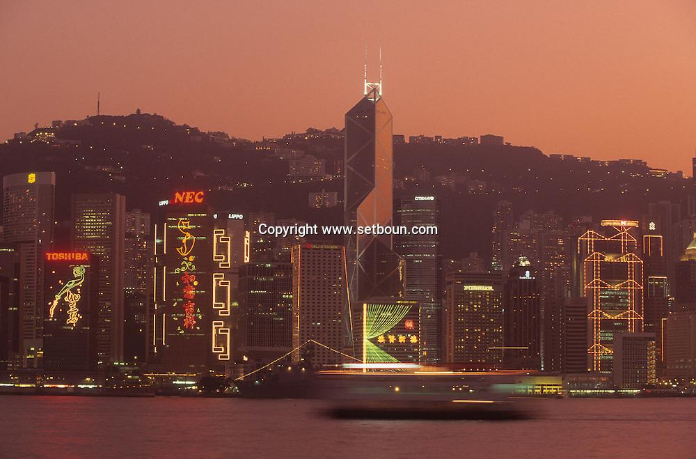Hong Kong. vue générale, la nuit, illuminations,  île Victoria, le peak, la baie .   / General view, on Victoria island sky scrappers at dawn    / L940320a  R93/14
