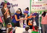 HILVERSUM - Koningin Maxima en presentator Klaas van Kruistum poseren met de winnaars van het project Gelduitdaging, tijdens de officiële opening van de nationale Week van het Geld in het Instituut voor Beeld en Geluid. COPYRIGHT ROBIN UTRECHT