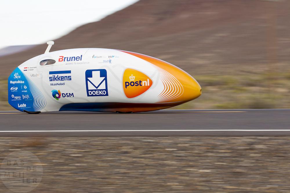De zesde en laatste racedag van de WHPSC. In Battle Mountain (Nevada) wordt ieder jaar de World Human Powered Speed Challenge gehouden. Tijdens deze wedstrijd wordt geprobeerd zo hard mogelijk te fietsen op pure menskracht. Ze halen snelheden tot 133 km/h. De deelnemers bestaan zowel uit teams van universiteiten als uit hobbyisten. Met de gestroomlijnde fietsen willen ze laten zien wat mogelijk is met menskracht. De speciale ligfietsen kunnen gezien worden als de Formule 1 van het fietsen. De kennis die wordt opgedaan wordt ook gebruikt om duurzaam vervoer verder te ontwikkelen.<br /> <br /> The sixth and last racing day of the WHPSC. In Battle Mountain (Nevada) each year the World Human Powered Speed Challenge is held. During this race they try to ride on pure manpower as hard as possible. Speeds up to 133 km/h are reached. The participants consist of both teams from universities and from hobbyists. With the sleek bikes they want to show what is possible with human power. The special recumbent bicycles can be seen as the Formula 1 of the bicycle. The knowledge gained is also used to develop sustainable transport.