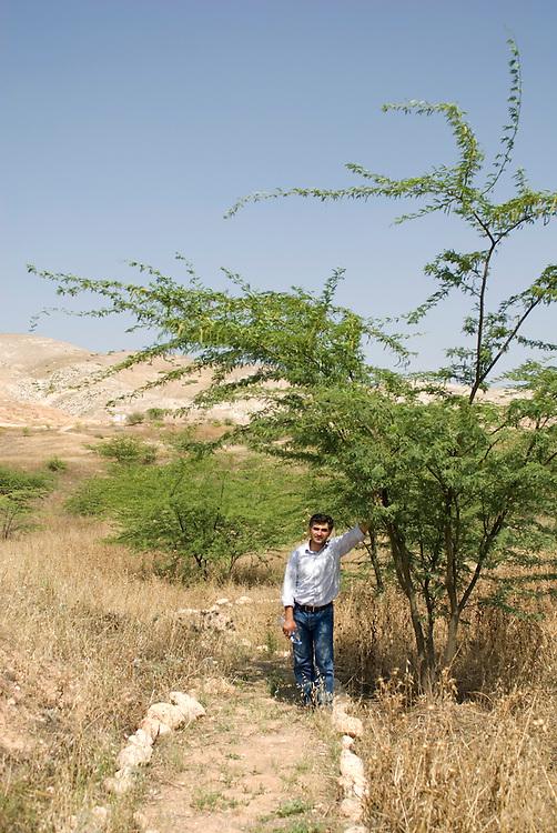 Abdel Rahman Sultan est à la tête du projet de barrage sur la rivière Ziglab au cœur du Sharhabil Bin Hassneh EcoPark, soutenu par l'ONG Friends of the Earth in the Middle East. Grâce à une bonne exploitation de cette ressource en eau, la vallée commence à reverdir et les populations locales deviennent plus vigilantes quant à la préservation de leur environnement. Jordanie, mai 2011