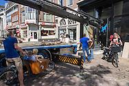 Een man met twee zoontjes in de bakfiets kijkt naar de verrichtingen van een bouwkraan. In Utrecht wordt met een zogenaamde Palfingerkraan een grote profielbalk in een bedrijfspand gebracht. Op de plek van de winkel zat eerder het kraakpand Ubica. De kraan is een door Palfinger ontworpen speciale autolaadkraan die compact kan worden opgevouwen en een groot bereik en hefvermogen heeft.<br /> <br /> In Utrecht a huge beam profile is hoisted in a shop with so called Palfinger crane. The crane is a special by Palfinger designed loader crane which can be folded compact for transportation and can handle a big load.