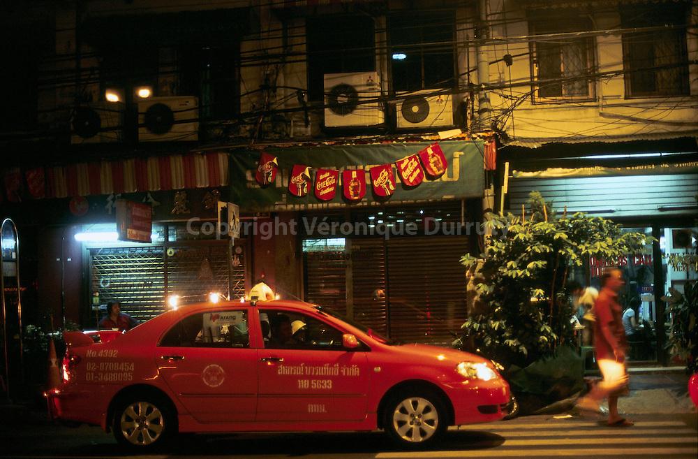 CIRCULATION AUTOMOBILE A BANGKOK LA NUIT. THAILANDE