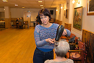 Iwona Piasecka, a hairdresser, is Polish and has been living in Bradford since 2005. / Iwona Piasecka vit à Bradford depuis 2005. Elle vient coiffer les retraitées une fois par mois au Centre de la Communauté Polonaise.