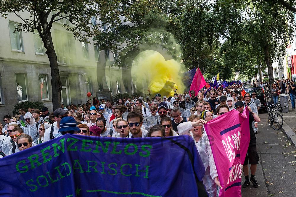 Demonstranten z&uuml;nden w&auml;hrend der Demonstration gegen Rassismus und AfD am 03.09.2016 in Berlin, Deutschland einen Rauchtopf. Mehrere Tausend Menschen demonstrierten gegen Rassismus und die pechpopulistische AfD. Foto: Markus Heine / heineimaging<br /> <br /> ------------------------------<br /> <br /> Ver&ouml;ffentlichung nur mit Fotografennennung, sowie gegen Honorar und Belegexemplar.<br /> <br /> Bankverbindung:<br /> IBAN: DE65660908000004437497<br /> BIC CODE: GENODE61BBB<br /> Badische Beamten Bank Karlsruhe<br /> <br /> USt-IdNr: DE291853306<br /> <br /> Please note:<br /> All rights reserved! Don't publish without copyright!<br /> <br /> Stand: 09.2016<br /> <br /> ------------------------------