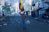 Venezolano llevando la bandera de Venezuela en una calle de Caracas durante el 11 de abril de 2002. Los sucesos ocurridos en abril fueron  consecuencia del descontento de algunos sectores de la sociedad venezolana con el gobierno del Presidente Hugo Chávez. (Ramón Lepage / Orinoquiaphoto)  Venezuelan taking the flag of Venezuela in a street of Caracas during April 11, 2002. The events happened in April were consequence of the displeasure of some Venezuelan sectors of the society with the government of President Hugo Chavez. (Ramon Lepage/Orinoquiaphoto)....