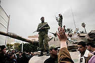 TUNISI. SOLDATI DELL'ESERCITO TUNISINO SU UN CARRO ARMATO NEL CENTRO DI TUNISI;