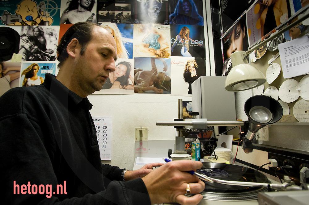 kwaliteitscontrole bij het bedrijf record industry haarlem in haarlem maakt men muziekdragers van vinyl (grootste ter wereld)