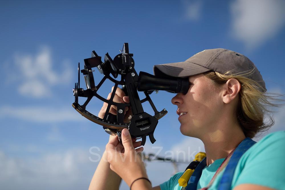 Sargasso Sea, Bermuda  | 2nd Mate Jill Hughes bei der Positionsbestimmung mit dem Sextanten  auf dem Forschungssegler Corwith Cramer zu trimmen. Der Forschungssegler Corwith Cramer durchquert im April 2014 die Sargasso See von Puerto Rico kommend bis zu den Bermuda Inseln.
