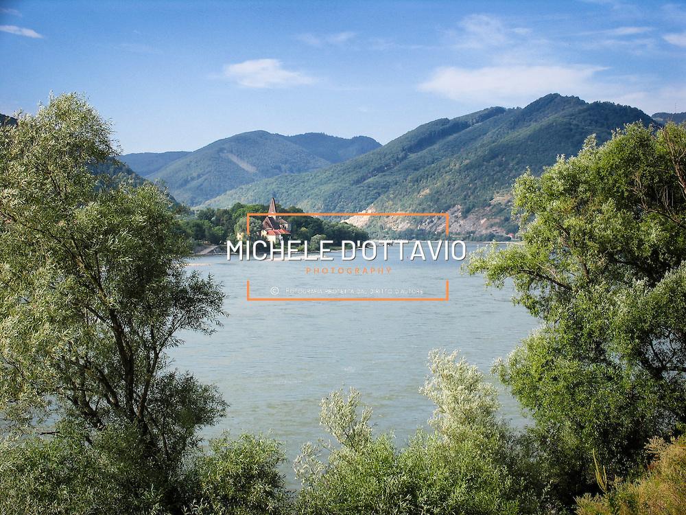 Lungo le rive Danubio tra colline e vigneti da Passau a Vienna, la pista ciclabile più conosciuta e popolare d'Europa, adatta a tutti dalle famiglie ai professionisti.