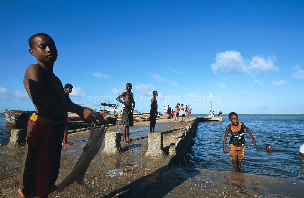 ENFANTS JOUANT SUR LE PORT DE LA VILLE DE LAMU, ILE DE LAMU, KENYA