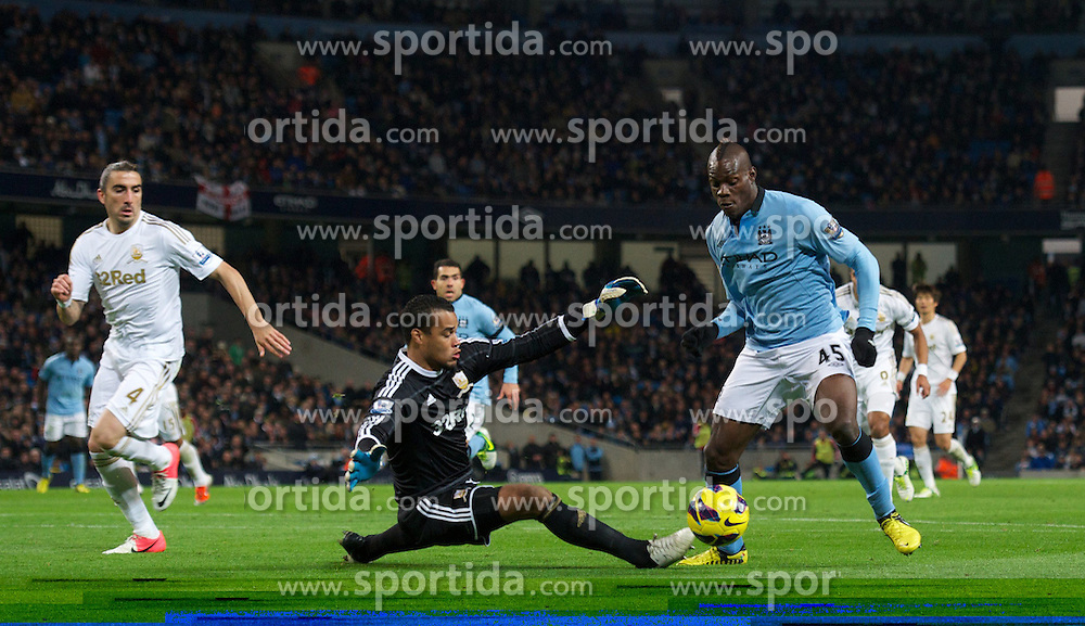 27.10.2012, Etihad Stadion, Manchester, ENG, Premier League, Manchester City vs Swansea City, 9. Runde, im Bild Manchester City's Mario Balotelli in action against Swansea City's goalkeeper Michael Vorm during the English Premier League 9th round match between Manchester City and Swansea City AFC at the Etihad Stadium, Manchester, Great Britain on 2012/10/27. EXPA Pictures © 2012, PhotoCredit: EXPA/ Propagandaphoto/ David Rawcliffe..***** ATTENTION - OUT OF ENG, GBR, UK *****