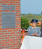 HITZACKER - Princess Beatrix of The Netherlands opens the Prinz-Claus-Promenade in Hitzacker, Germany, 5 September 2014. At the promenade the Princess visits the high water security system that the people of Hitzacker protects against the high water of the river Jeetzel. The Princess opens the promenade by unveil a plaque. Prince Claus, late husband of Princess Beatrix, was born in Hitzacker in 1926. Princess Beatrix visited Hitzacker together with Prince Claus after their engagement in 1965. COPYRIGHT ROBIN UTRECHT